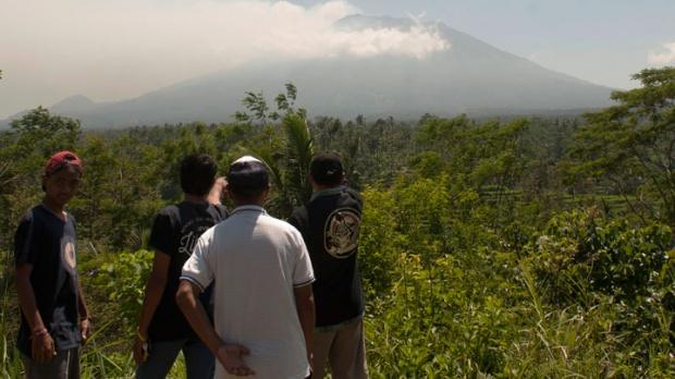 Status Gunung Agung Meningkat Jadi Awas, Warga Mengungsi