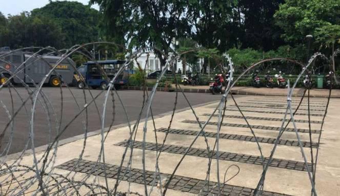 Buruh dan Mahasiswa Unjuk Rasa Mengkritisi 3 Tahun Jokowi-JK di Depan Istana