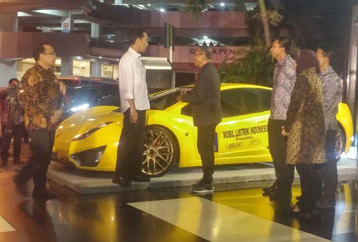 Mampir ke Surabaya, Jokowi Dipamerkan Mobil Listrik oleh Dahlan Iskan