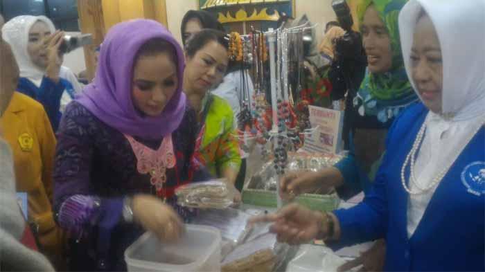 Yustin Apresiasi Produk UMKM Karya IWAPI Lampung