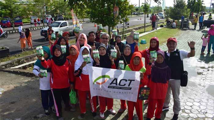 ACT Lampung Bagikan Susu Gratis di Pringsewu