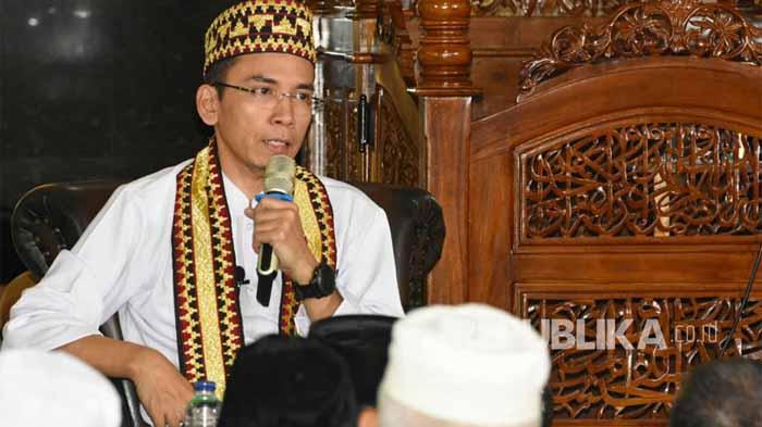 Tuan Guru Bajang Bersyukur Diberi Peci-Selendang Khas Lampung