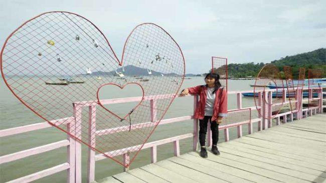 Jembatan Cinta Pantai Marine Eco Park Lampung, Destinasi Anak Jaman Now