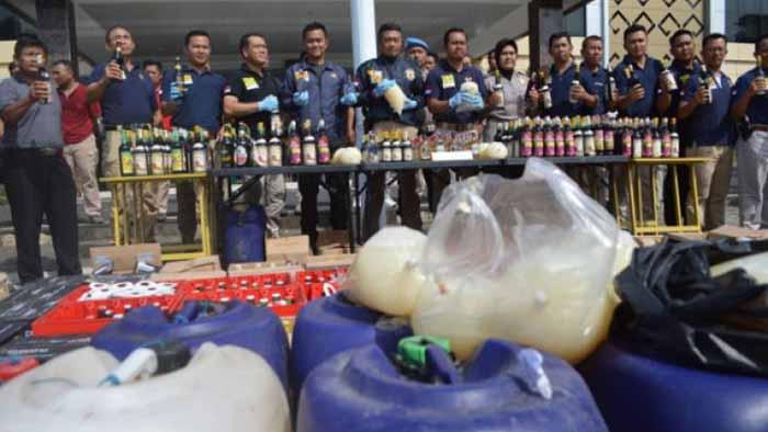Puluhan Jeriken Tuak dan Ribuan Botol Miras di Bandar Lampung Disita