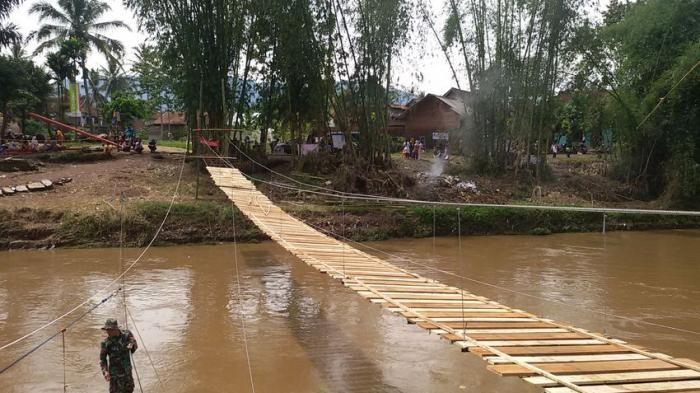 VRI Lampung-Warga Bangun Jembatan Gantung Darurat di Pesawaran