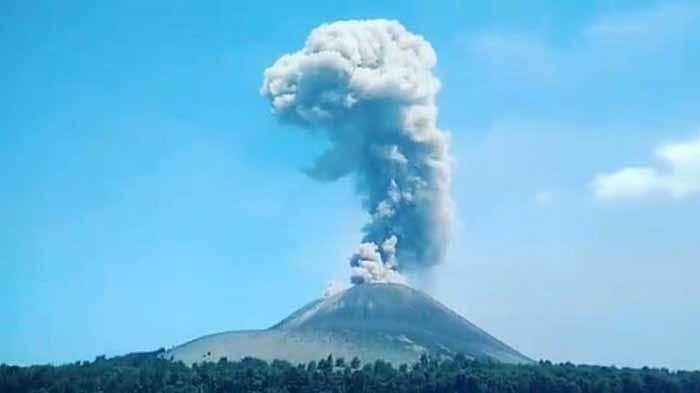 Gunung Anak Krakatau Kembali Erupsi, Dentuman Letusan Dirasakan Sampai ke Pantai Anyer