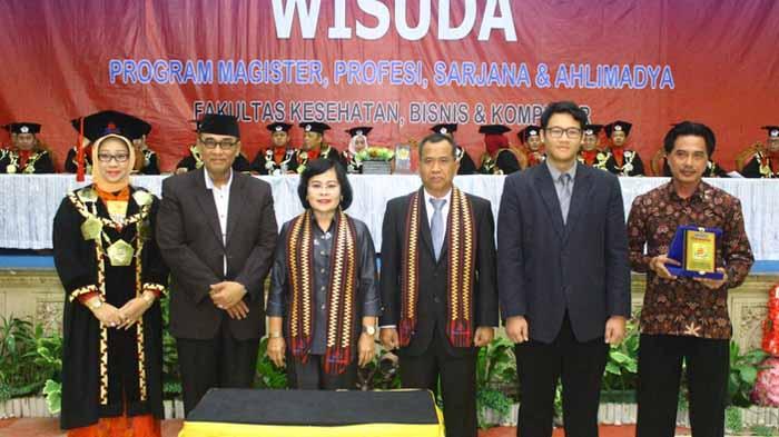 Wisuda Perdana Universitas Mitra Indonesia dihadiri Kepala LL Dikti