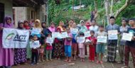 Pelajar Penyintas Banjir Pugung Mendapat Bantuan Sepatu