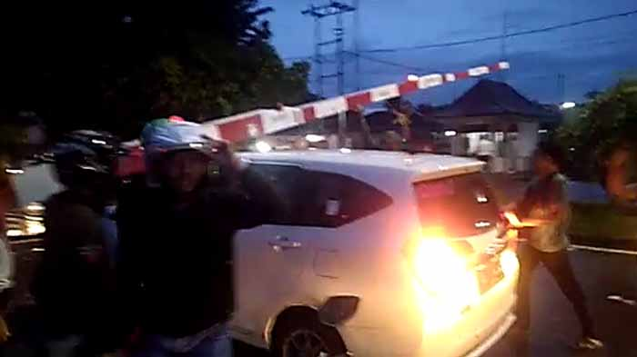 Video Warga Selamatkan Mobil Terjebak di Perlintasan Kereta Api Way Halim