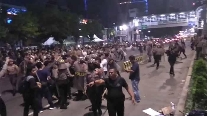 Polisi Bubarkan Massa Aksi
