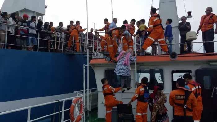 Kapal Penumpang Membawa Pemudik Kandas Dekat Pelabuhan Bakauheni