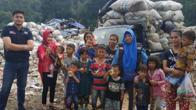 Daging Qurban Untuk Keluarga Pemulung di TPA Bakung