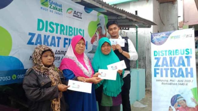 Ratusan Warga Pesisir Bandar Lampung Terima Zakat Fitrah dari Global Zakat